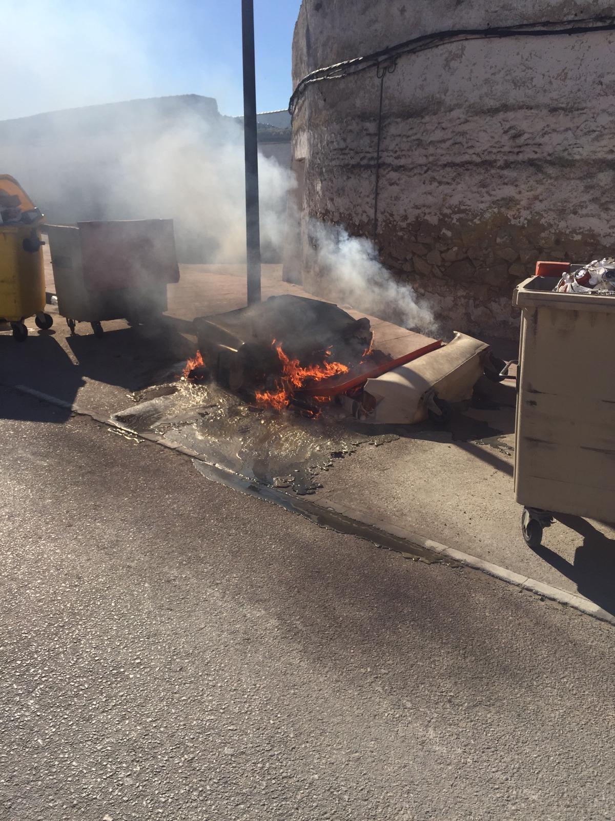 Arden dos contenedores en la Ronda de la Soledad