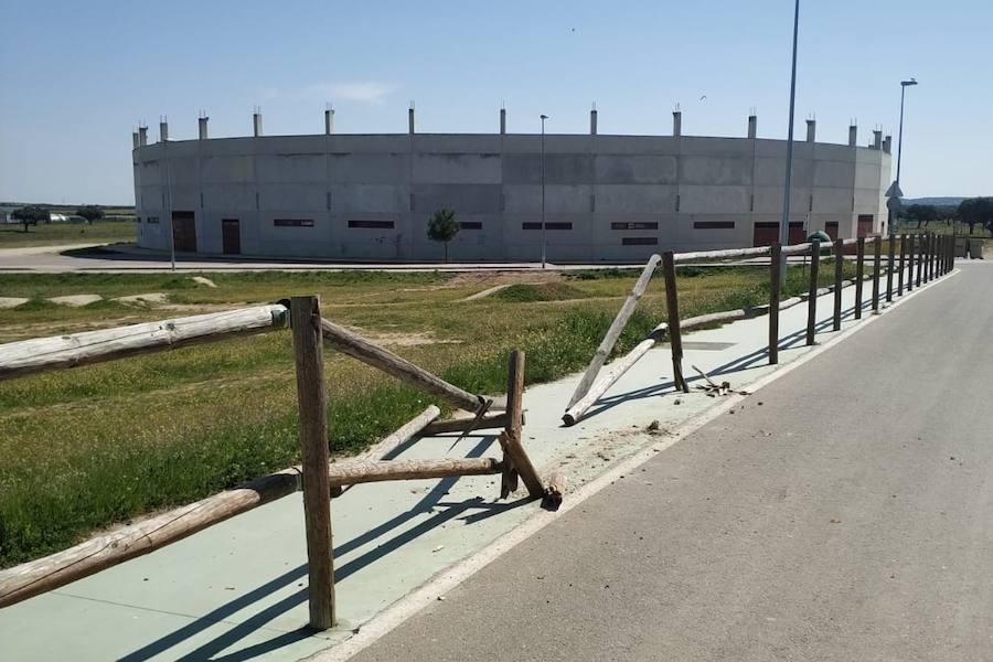Impactan de nuevo contra las vallas de madera del carril bici de La Charca