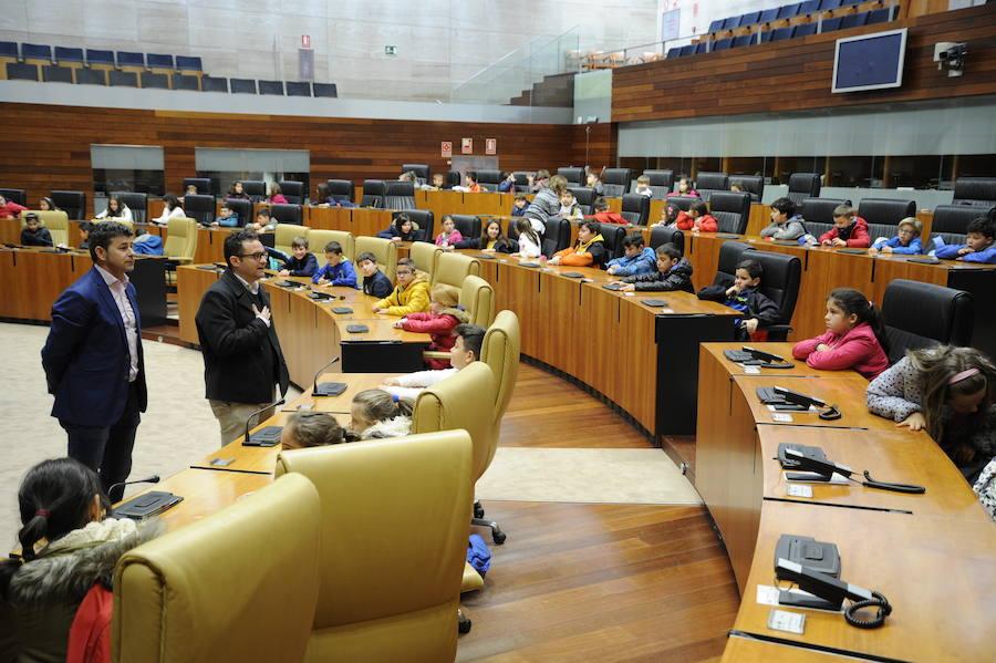 Alumnos del León Leal visitan la Asamblea regional