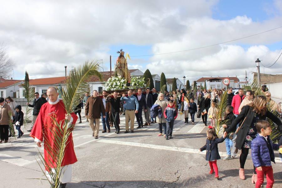 La procesión de La Burrina y la tradicional puja de brazos abren la Semana Santa casareña