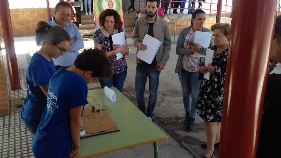 16 escolares defienden sus experimentos en la Feria local de la Ciencia
