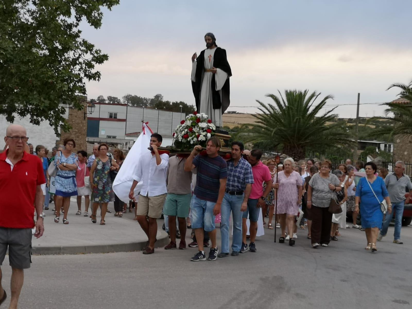 Pocos seguidores en la procesión de Santiago, pero muchos en la velada
