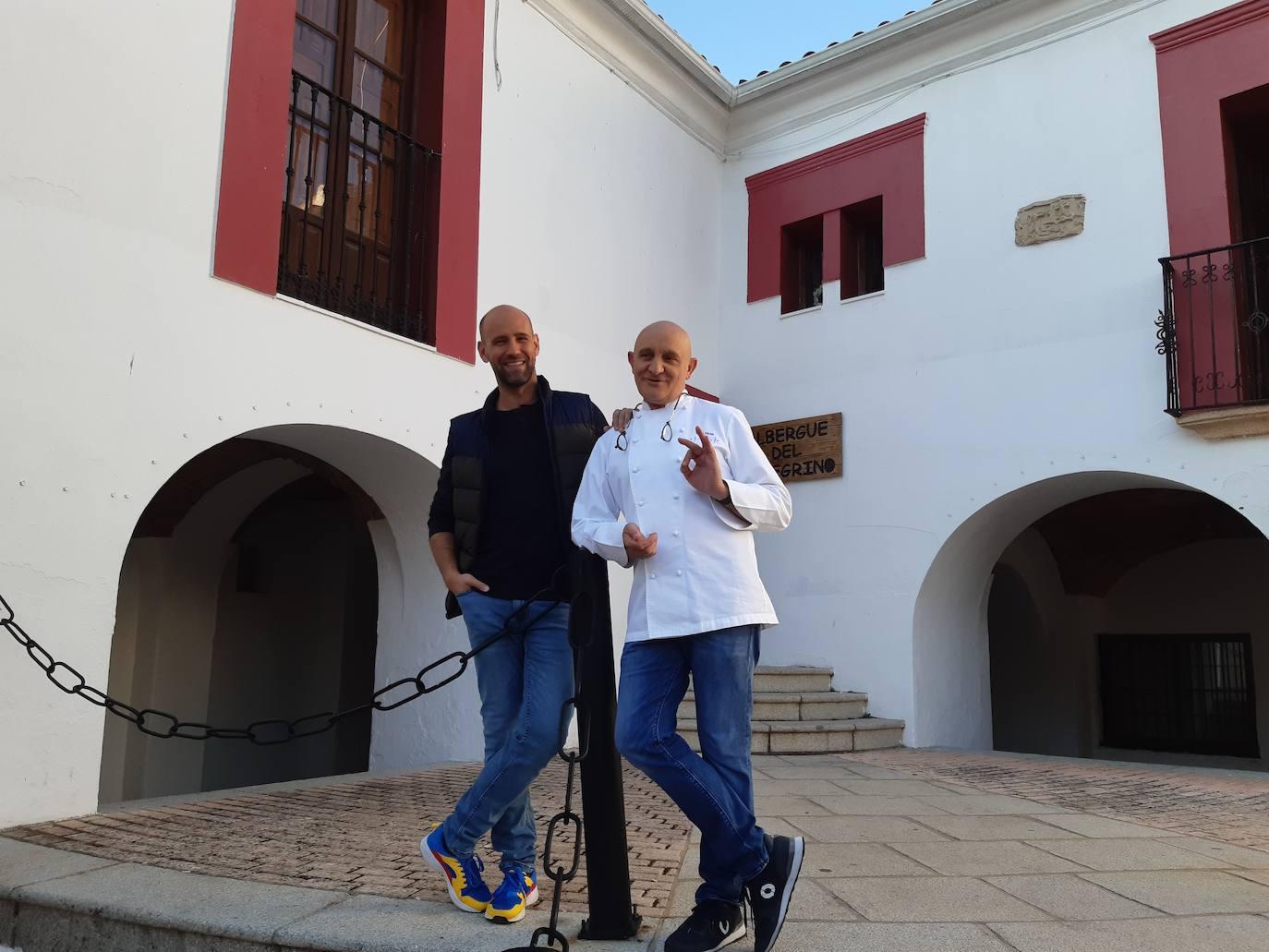El presentador Gonzalo Miró y el chef Toño Pérez graban un anuncio en la plaza del Ayuntamiento