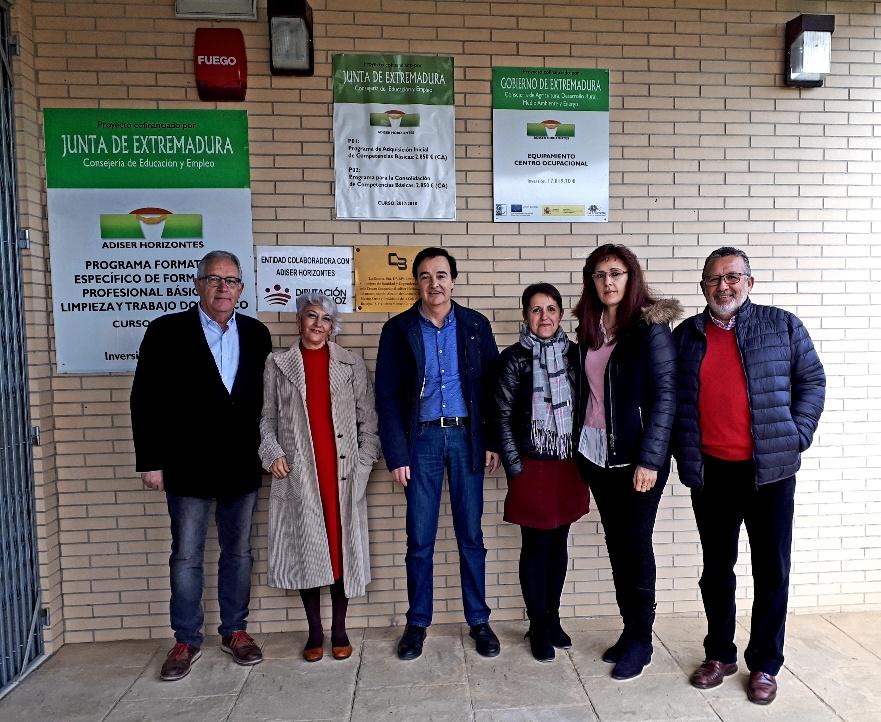 La directora general de Arquitectura de la Junta de Extremadur visita la instalación de Adiser-Horizontes en Castuera