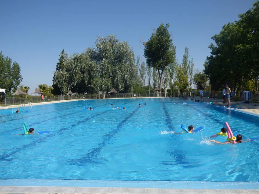 El Ayuntamiento oferta seis plazas de socorristas y seis de monitores deportivos para la piscina municipal