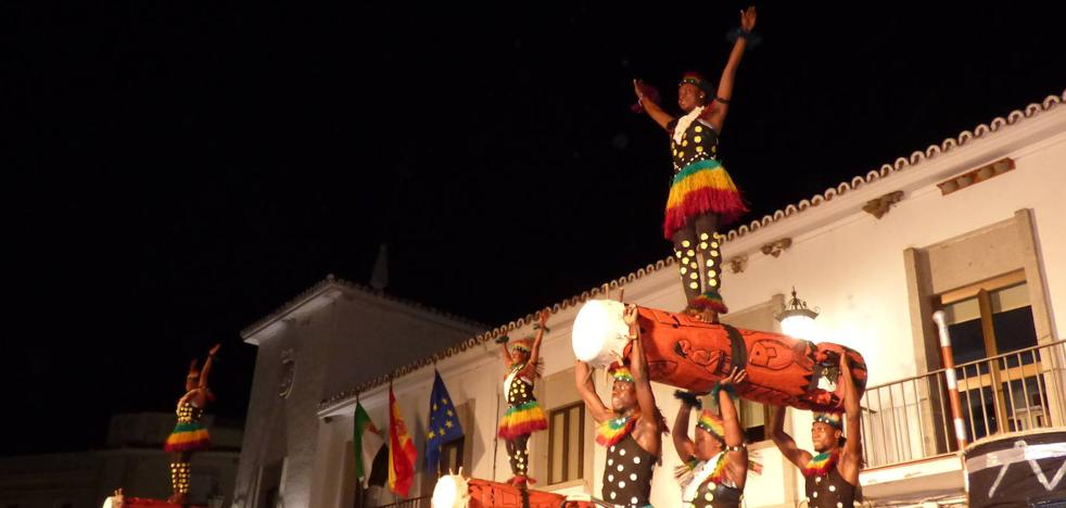 El grupo africano 'Super Angels Hwendo Na Bua' llenó de música y color la plaza de España