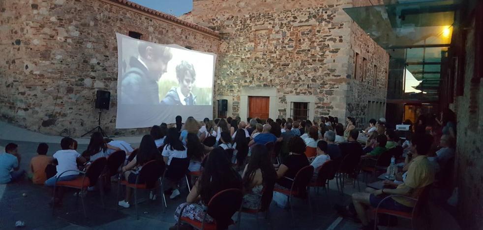 El patio del Museo del Turrón acoge las proyecciones del Festival de Cortometrajes 'CortoEspaña'