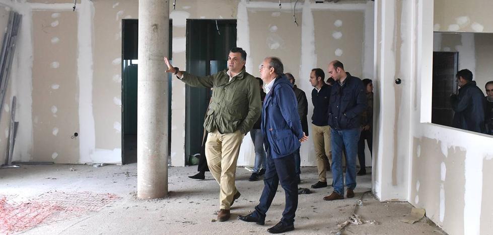 Monago promete una inversión de 900.000 euros para el centro de día de Coria