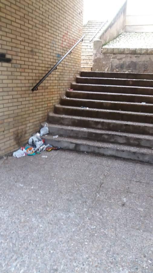 Vecinos de las 120 Viviendas denuncian la basura que deja el botellón en las escaleras
