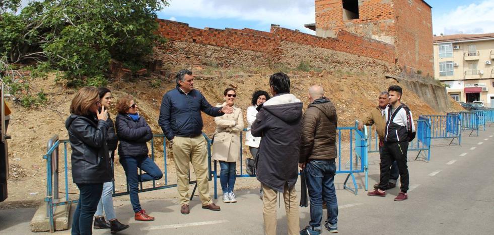 El alcalde visita las ruinas del Convento de San Francisco con sus propietarios y el arqueólogo territorial