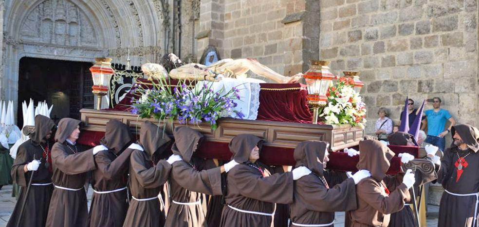 La Unión de Cofradías Penitenciales acompañan la procesión del Santo Entierro