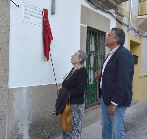Una placa en memoria del escritor Rafael Sánchez Ferlosio en la casa donde residió