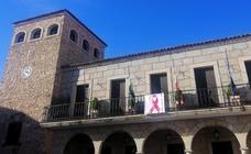 El Ayuntamiento de Coria luce un lazo rosa para dar visibilidad a la lucha contra el cáncer de mama