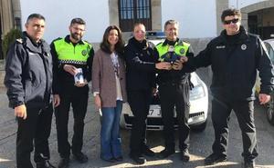 El tigre que lucha contra el cáncer llegó a Fregenal de la mano de la Policía Local