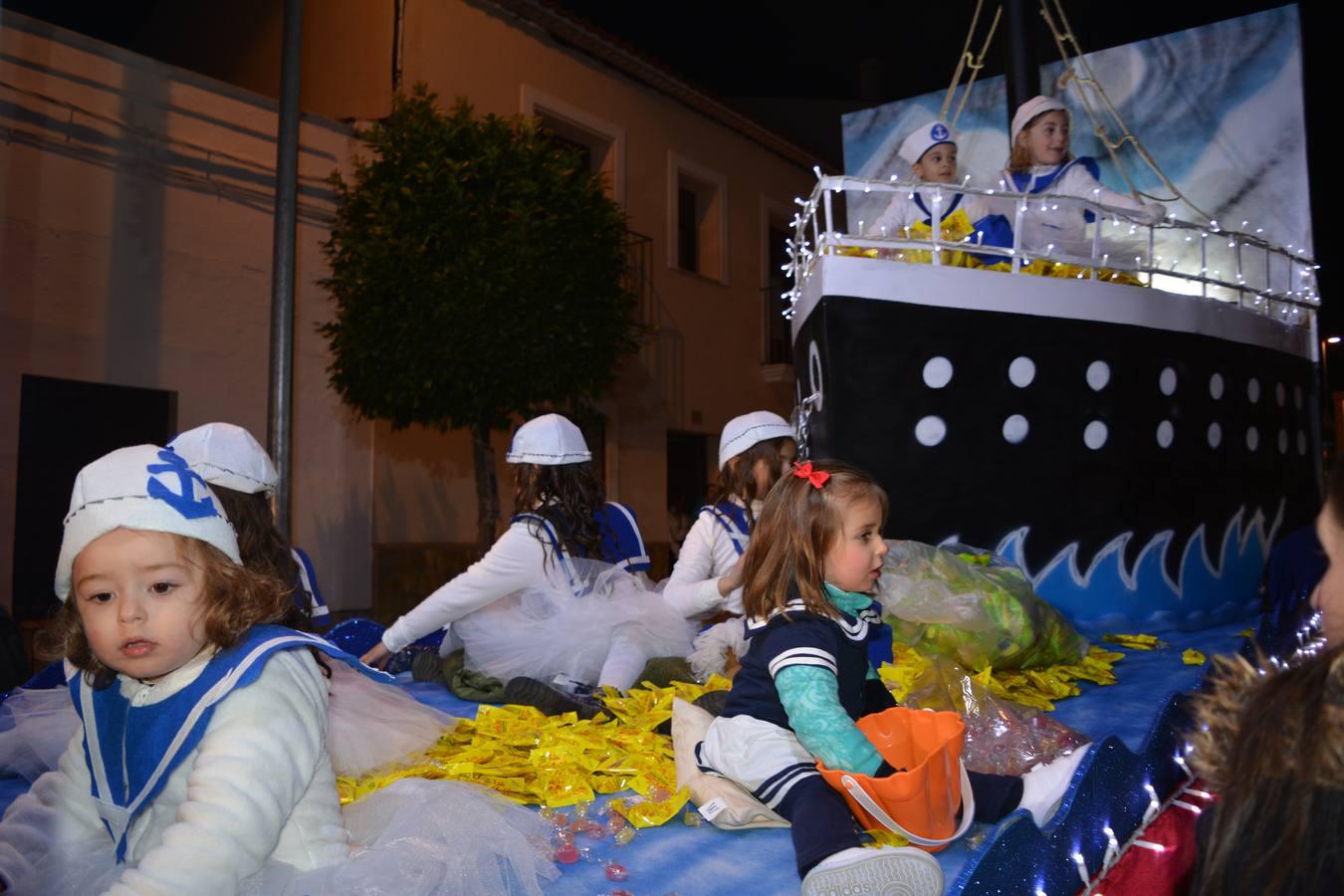 1200 kg. de caramelos, 20.000 bolsas de frutos secos y 300 balones se lanzaban en la Cabalgata de Fregenal