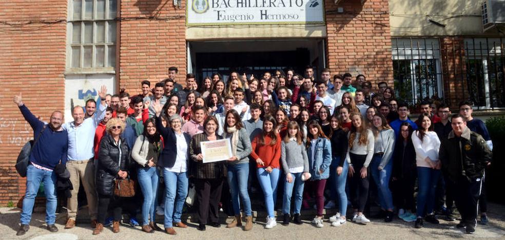 Los alumnos del IES Eugenio Hermoso de Fregenal de la Sierra realizan una actividad solidaria por San Valentín