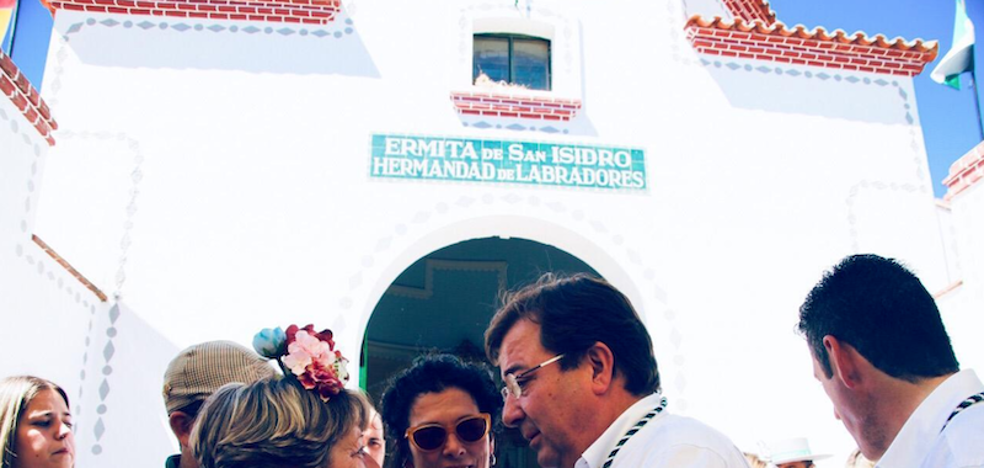 El presidente de la Junta visita la romería de Fuente de Cantos