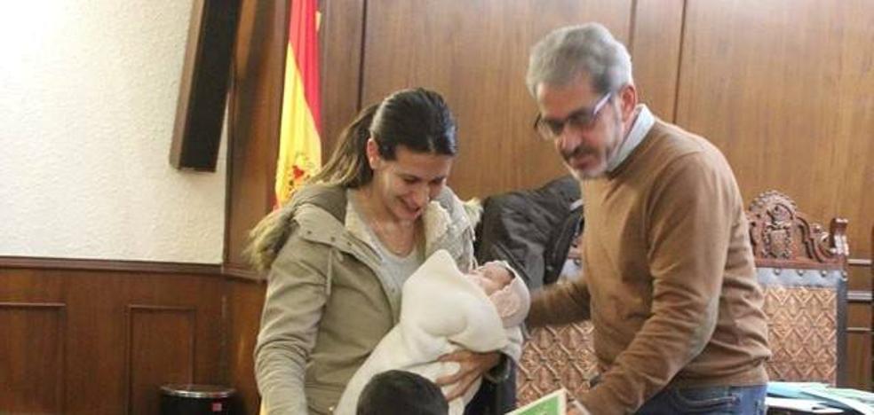 13 familias del pueblo reciben el cheque bebé valorado en 100 euros