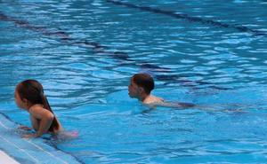 280 usuarios podrán inscribirse en 18 cursos de natación que se impartirán en la piscina municipal