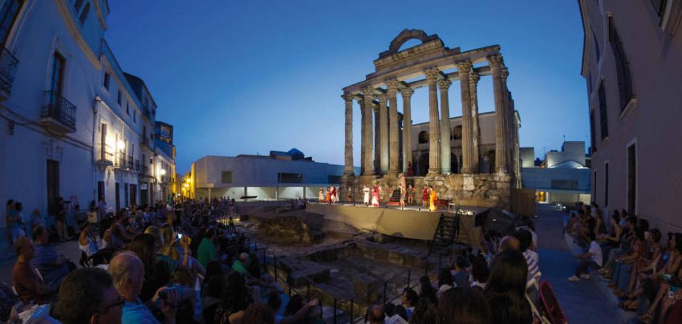 La escuela municipal de teatro actúa en el templo de Diana con Las Troyanas