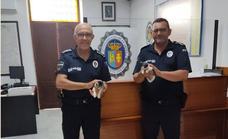 Dos agentes de la policía local salvan cuatro gatitos de un contenedor de basura