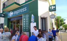 Voluntarios de la plataforma ciudadana N-430 informan en el mercadillo semanal de Herrera del Duque