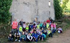 El grupo senderista Retama realiza una salida al campo con los alumnos del colegio Ejido