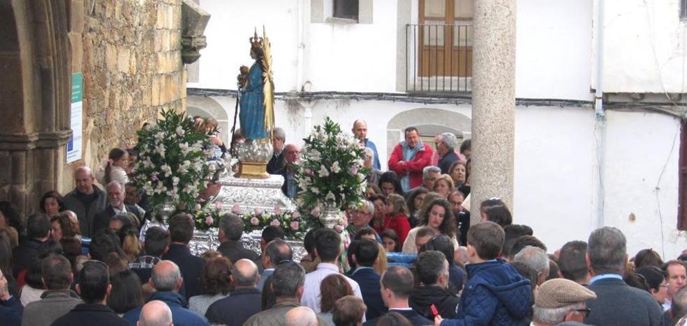 La Patrona llega a la iglesia de Santa María por las obras en su ermita