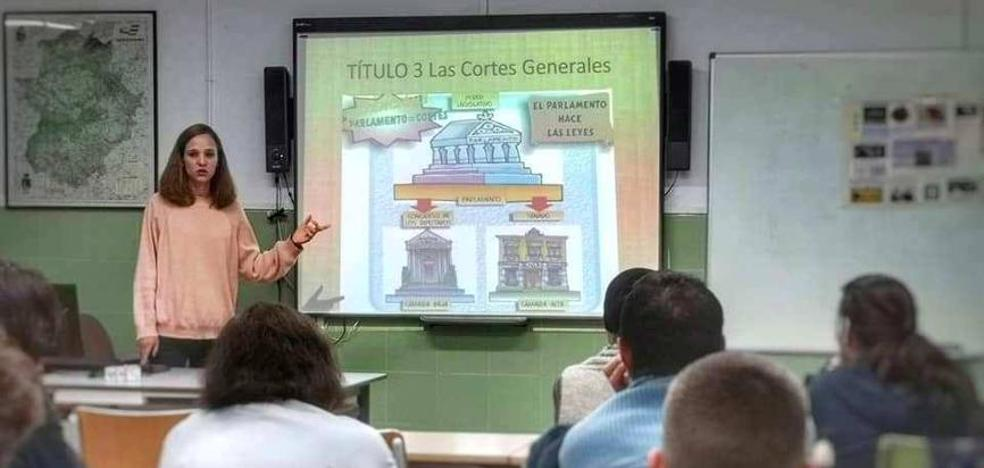 Una profesora crea un juego para explicar la Constitución