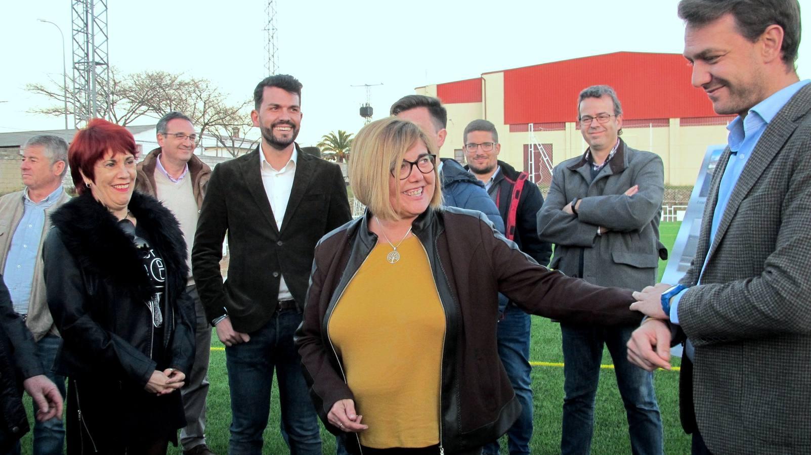 La presidenta de la Diputación visita el campo de césped artificial