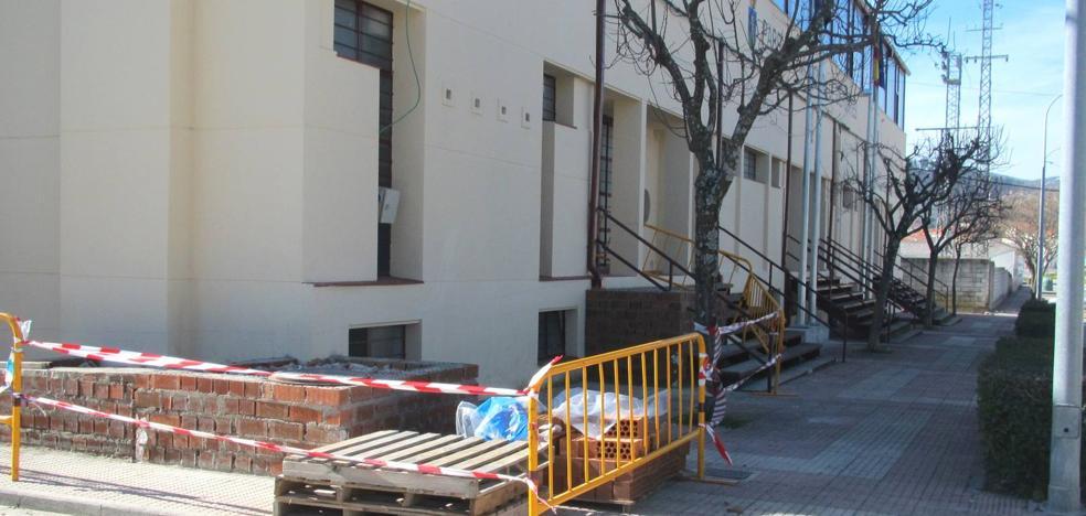 Comienza la construcción de la rampa de acceso al pabellón municipal de deportes