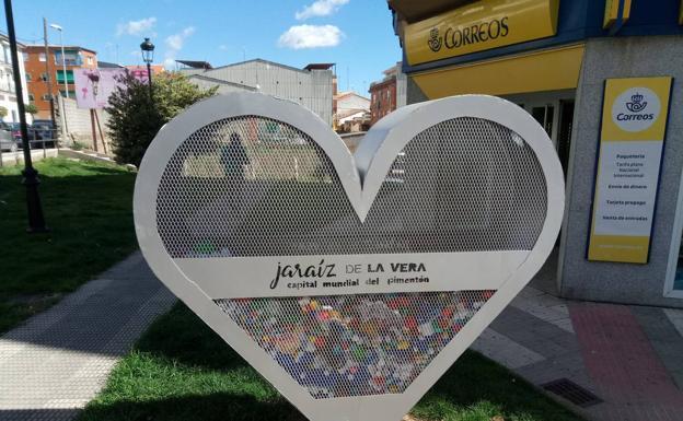Instalan Una Estructura Metálica En Forma De Corazón Para