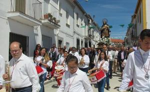 La barriada de San Isidro recibe hoy engalanada a su patrono