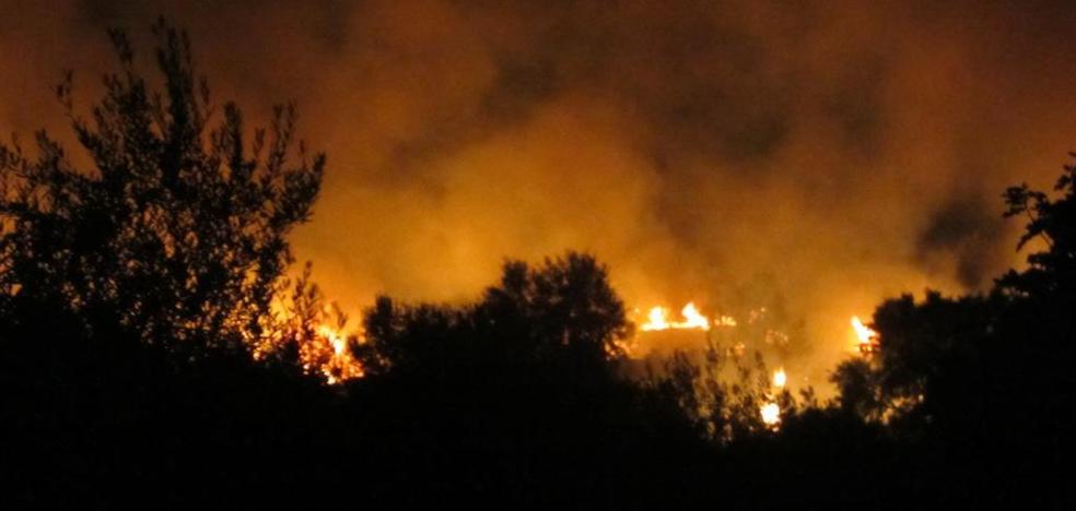Arde el Cerro de las Cabezas en las proximidades del casco urbano