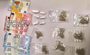 La Guardia Civil detiene a dos jóvenes en Trujillo y Losar con droga preparada para su venta