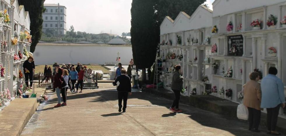 El cementerio se llena de visitas en la víspera del Día de difuntos