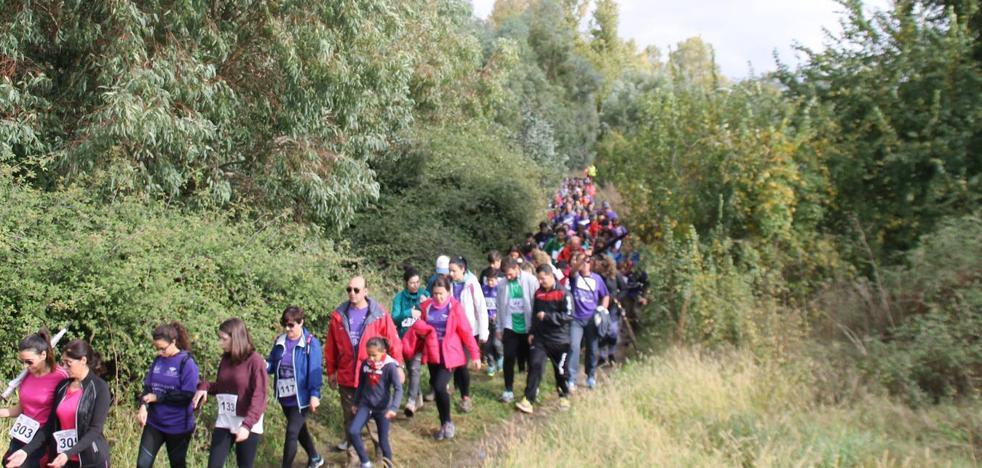 Varios cientos de personas caminan por el entorno natural de La Bazana para 'No olvidar a quienes olvidan'