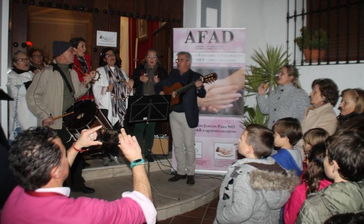 La Cofradía del Ecce-Homo y 'Retama Folk' dedican el sabor y la melodía de la Navidad a quienes conviven con el Alzheimer