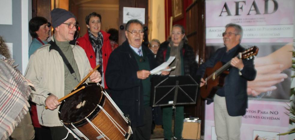 Unas migas con chocolate y la música navideña de Retama Folk llenaron de solidaridad la Casa del Ecce-Homo