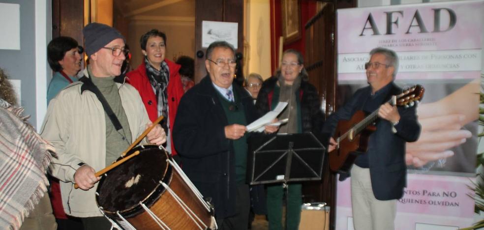 Unas migas con chocolate y la música de Retama Folk llenaron de solidaridad la Casa del Ecce-Homo