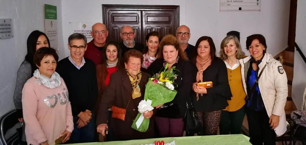 Emotivo homenaje de la Asociación de viudas a Fernanda Martínez por su 100 cumpleaños