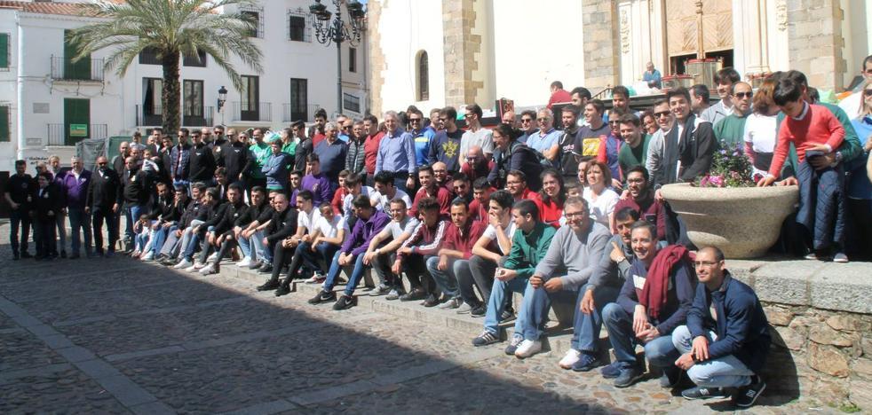 Costaleros y costaleras recorren unidos Jerez portando sobre sus hombros la solidaridad