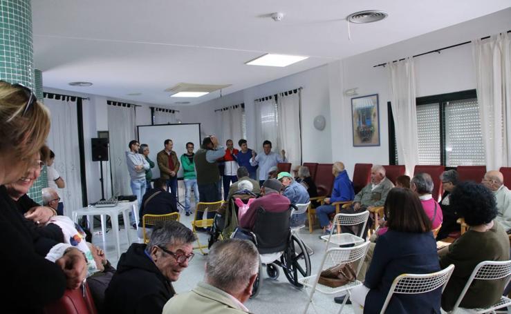 Representantes de las hermandades y cofradías visitan la Residencia de Mayores 'Hernando de Soto'
