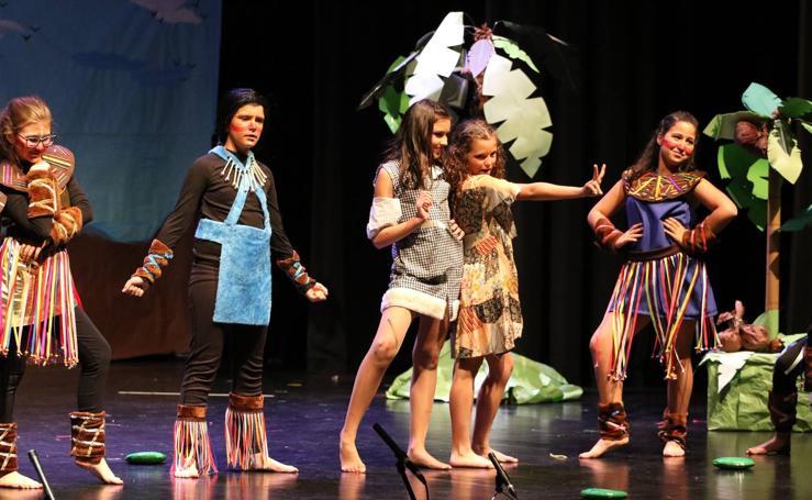 Los alumnos y alumnas de 'El Rodeo' representan la obra teatral benéfica 'Náufragos, el paraíso perdido'