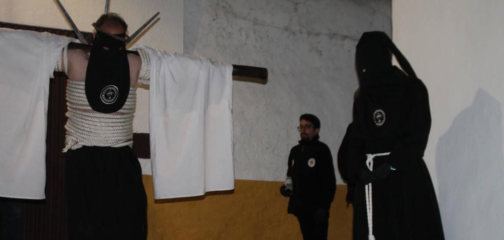 Jerez se llena de cruces en la noche penitente de su Semana Santa