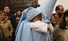 La procesión de las túnicas celestes apenas se asomó a la calle