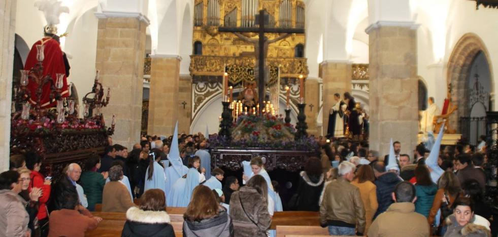 La procesión del Santísimo apenas pudo asomarse a la calle