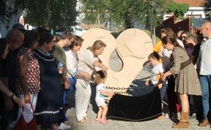 Una escultura representando un corazón con 'la gota de la vida' reconoce la solidaridad de los donantes