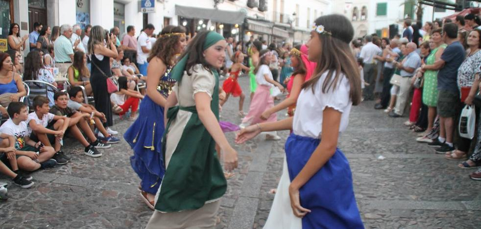 La participación popular exhibe la gran identidad del Festival Templario en su desfile inaugural