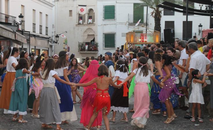 Participación, animación y mucho público en el desfile inaugural del Festival templario